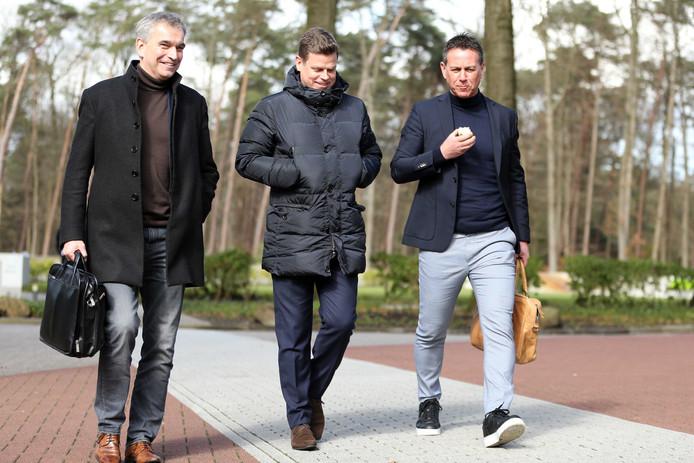 NAC-directeur Luuc Eisenga (midden) en technisch directeur van Go Ahead Eagles Leon Vlemmings (rechts) arriveren bij de KNVB voor overleg over de uitbraak van het coronavirus.
