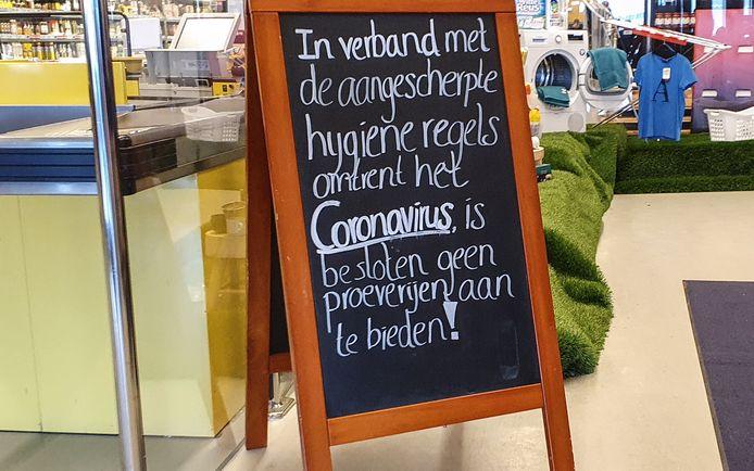 Zelfingevoerde maatregelen, zoals die van de Makro in Leeuwarden, vindt viroloog Coretta van Leer 'overdreven'.  De Makro biedt momenteel geen proeverijen meer aan vanwege het coronavirus.