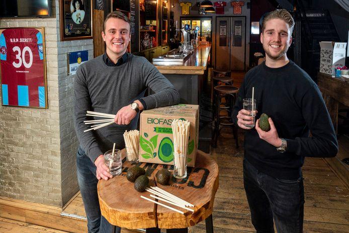 Stephan Wassink (links) en Arnaud Spoor met hun drinkrietjes van avocadopitten in café 't Huys op de Korenmarkt in Arnhem. 't Huys heeft de nieuwe rietjes al geïntroduceerd.