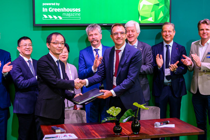 De heer M.A. Jun, voorzitter van Jiashan Sino-Dutch Industrial Park Investment Company (links) en Eric Egberts, directeur van stichting Dutch Greenhouse Delta hebben de joint venture ondertekend.
