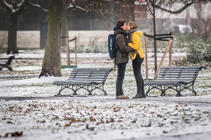 De sneeuw geeft Arnhem een romantisch tintje, vinden ook JeanMarc en Claire.
