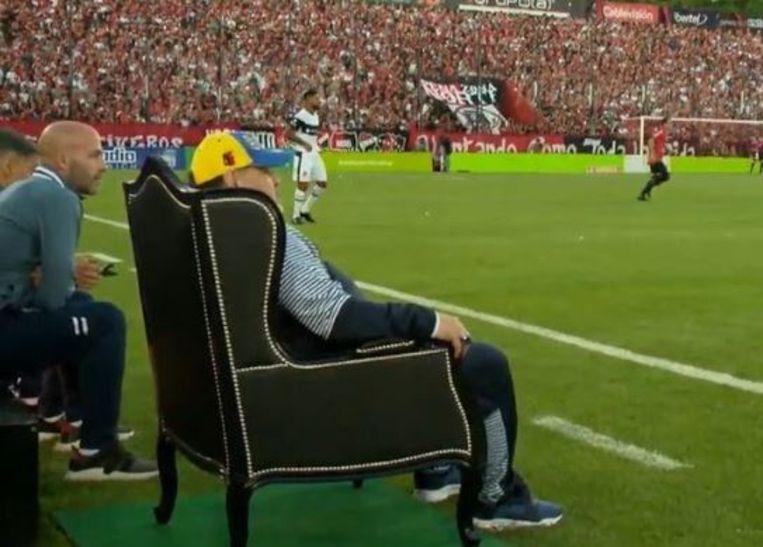 Diego Maradona zittend op zijn troon.