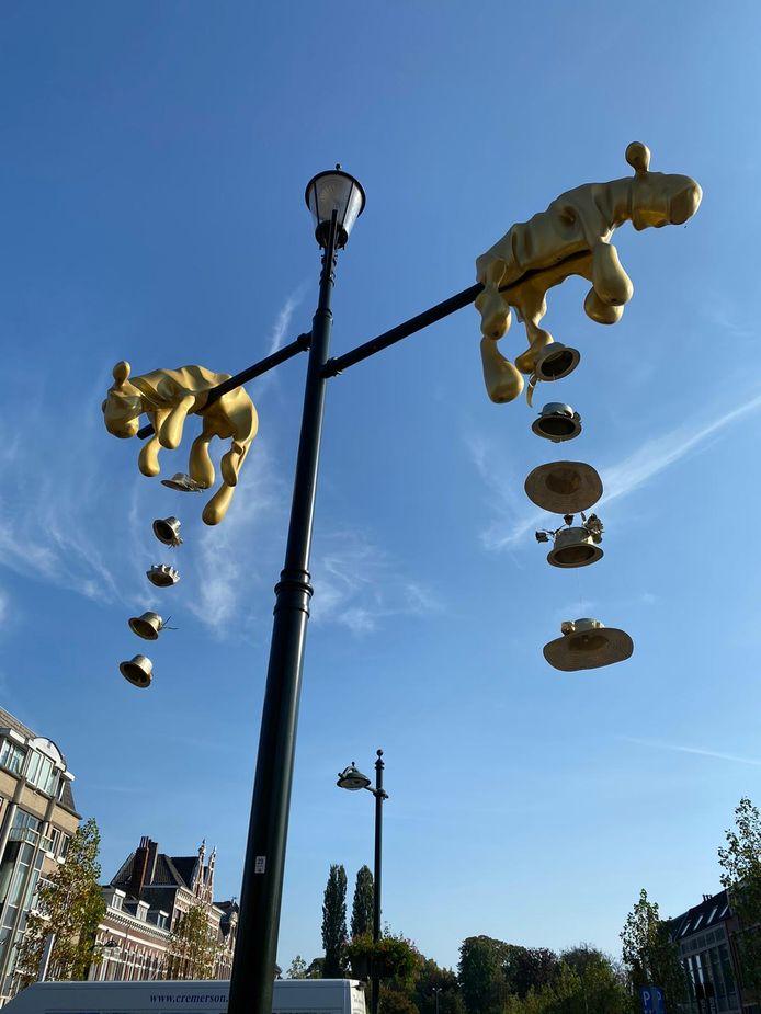BREDA - Kunstwerk de Koninginnen op de rotonde Wilhelminastraat, Baronielaan en Ginnekenweg is tijdens Prinsjesdag 2020 getooid met negen hoedjes van kunstenares Mirte van Wijngaarden. De Koninginnen is een beeld van de Bredase kunstenaar Ton Claassen. Het beeld is in 2016 onthuld.