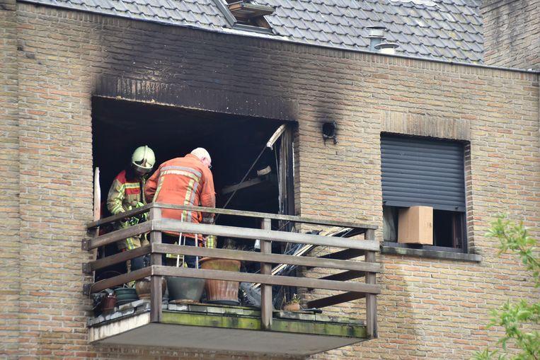 Een expert zocht in de vernielde flat naar de oorzaak van de brand.