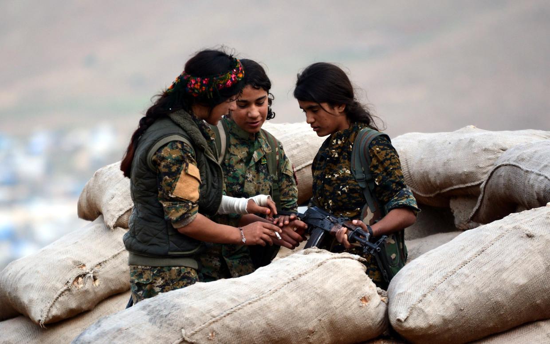 Stoere meiden van de vrouwelijke brigades, die het maar mooi opnamen tegen het geteisem van IS. Beeld EPA