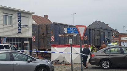 Fietsster (70) valt en sterft onder wielen van vrachtwagen
