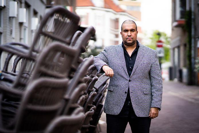 Khalid Oubaha  voor Café Arnhem op de Korenmarkt.