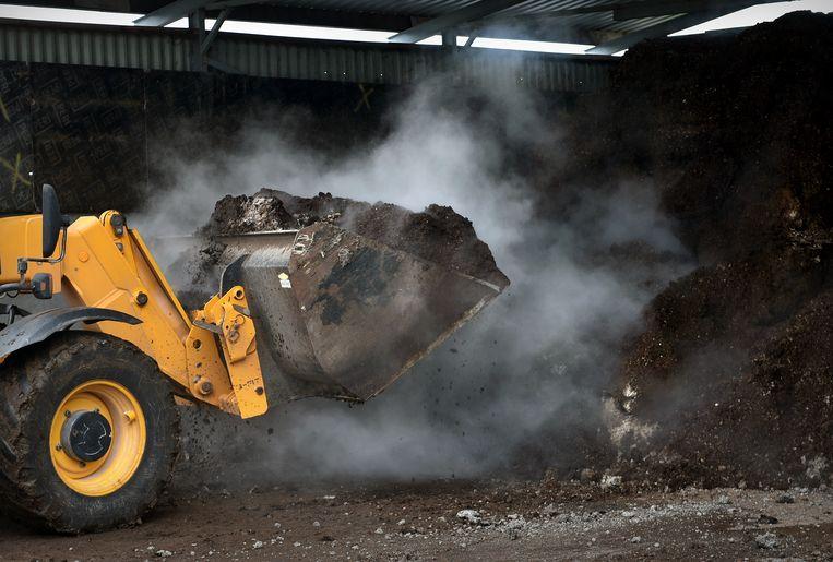 Bij een pluimveehouder wordt kippenmest opgehaald die wordt vervoerd naar de energiecentrale waar het wordt verbrand om daar energie uit op te wekken. Beeld Marcel van den Bergh / de Volkskrant