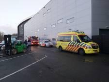 Wielrenner zit na val met been vast aan houten baan Omnisport Apeldoorn: traumahelikopter opgeroepen