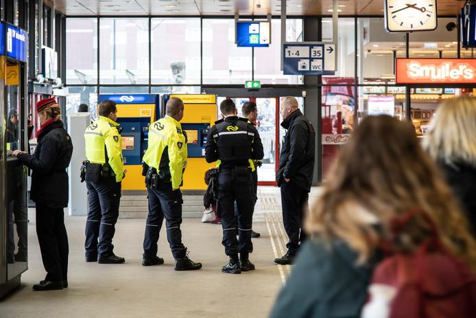 Spoorwegpolitie op het centraal station van Nijmegen, waar recent veel berovingen plaatsvonden.
