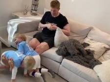 Kevin De Bruyne se muscle les jambes... avec ses enfants