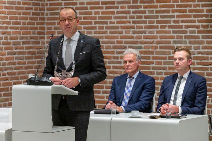 Burgemeester Theo Segers (en op de achtergrond wethouder Lucas Mulder en wethouder Alwin Mussche) tijdens de raadsvergadering in Staphorst waar de beschuldigingen van oud-wethouder Bert Krale jegens wethouder Lucas Mulder ter sprake komen.