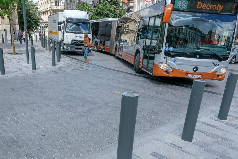 Een manoeuvrerende bus aan het Sint-Gillisvoorplein is dagelijkse kost.