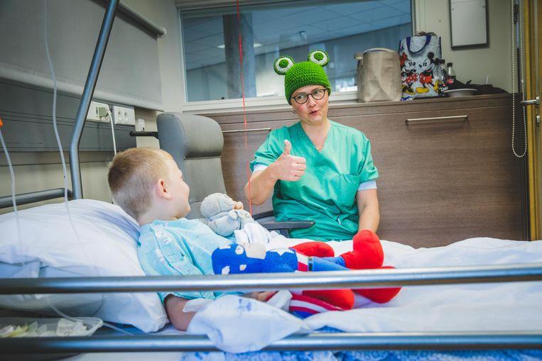 """Anesthesiste Birgitte Vangehuchten (foto) raadt ook andere ziekenhuizen aan om er een beestenboel van te maken. """"Maar zelf heb ik er wel genoeg van. Ik heb gehaakt tot mijn handen in een kramp stonden."""""""