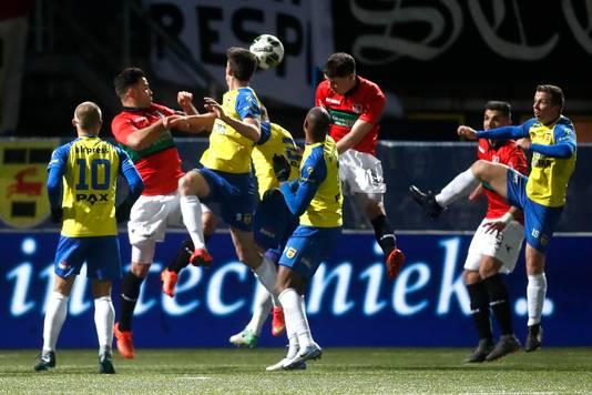 NEC-verdediger Frank Sturing kopt tegen SC Cambuur de bal voor de voeten van Anass Achahbar, die scoort.