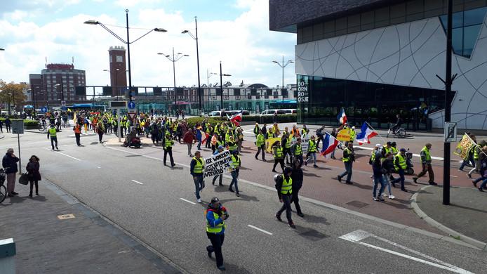 De Gele Hesjes vertrekken vanaf het stationsplein in Nijmegen.