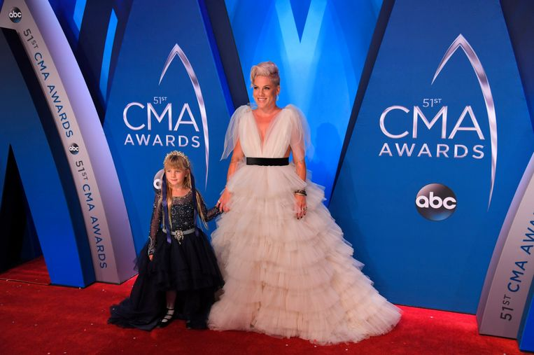 Pink en haar dochter Willow op de CMA Awards.