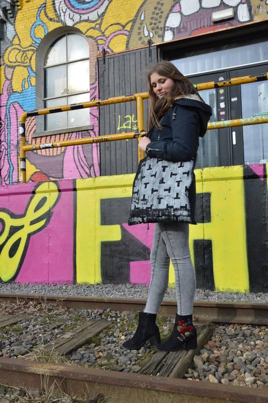 Michelle van de Wouw en een bedrukte tas.