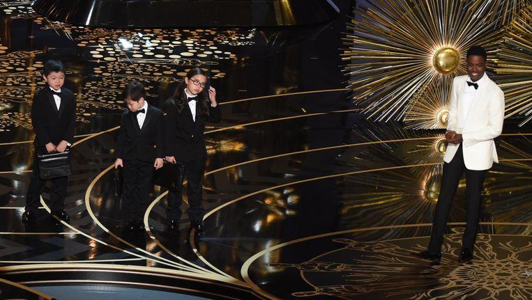 Chris Rock en drie Aziatische kinderen bij de Oscar-uitreiking Beeld anp