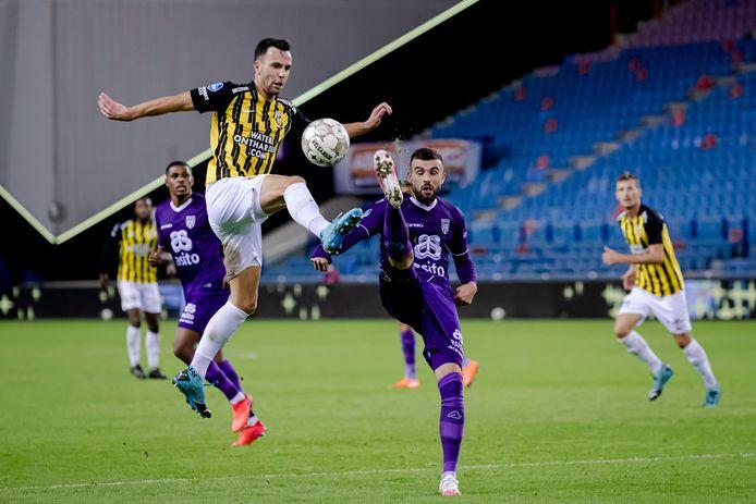 Thomas Bruns controleert de bal voor Vitesse tegen Heracles.