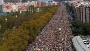 Gigantische massa volk marcheert Barcelona binnen, algemene staking in Catalonië zorgt voor afgelaste vluchten en geblokkeerde wegen