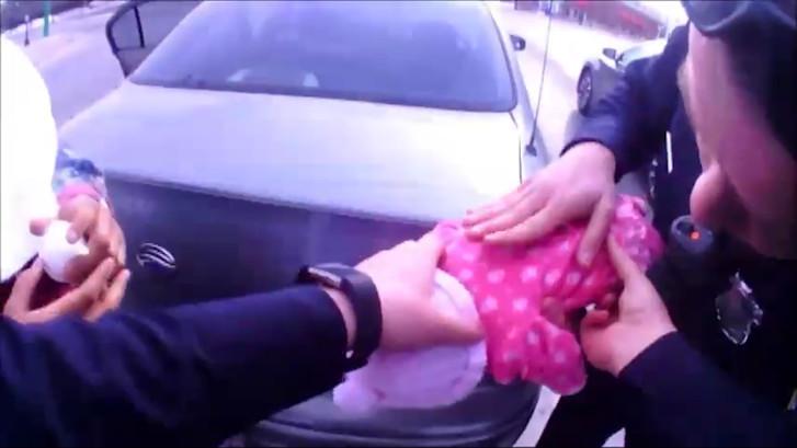 Passerende agenten redden stikkende baby