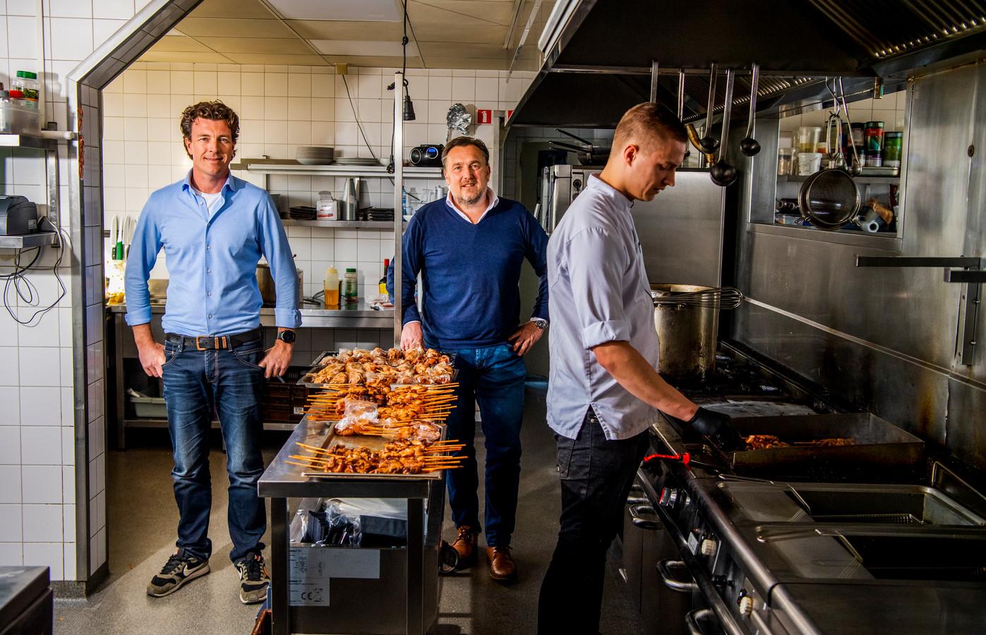 Ralph de Kreij (links) en Gerard van Urk (midden) van restaurant Perron in Nieuwerkerk gaan noodmaaltijden verstrekken aan mensen in Zuidplas die getroffen zijn door het virus.