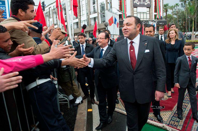 De Marokkaanse koning Mohammed VI in april tijdens het bezoek van de Franse president Hollande (links). Beeld REUTERS