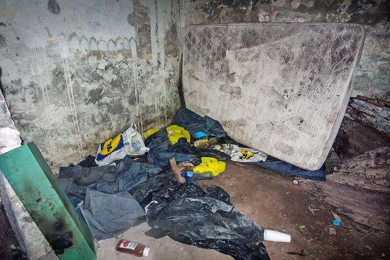 De bunker bij het haventerrein wordt door migranten als slaapplaats gebruikt Beeld null
