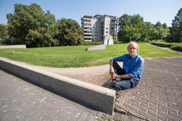 Hans Oude Luttikhuis in het Hagenpark, de Almelose Aa, op de achtergrond, wordt hier straks omgeleid voor een waterspeelplaats.