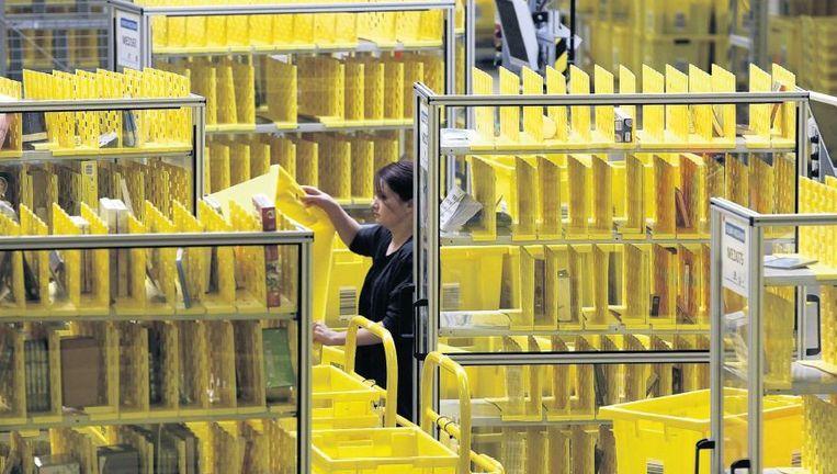Een distributiecentrum van Amazon in het Duitse Graben. Na een staking voor betere werkomstandigheden verhuist het werk deels naar Polen. Beeld reuters