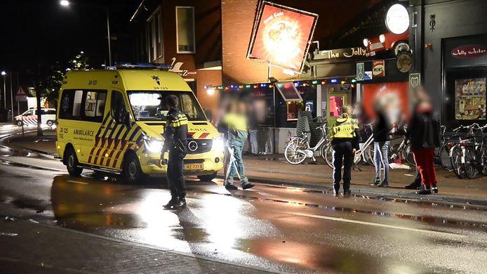 Een boze cafébezoeker verrichte zondag een hele vreemde daad. Hij reed in op bezoekers van café Jolly Jester Pub in Rijsbergen.