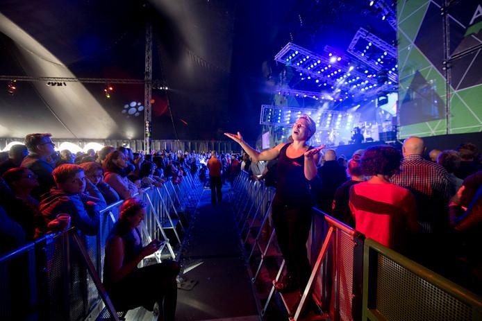 Muziektolk Mirjam Stolk in actie tijdens optreden Waylon op Appelpop.