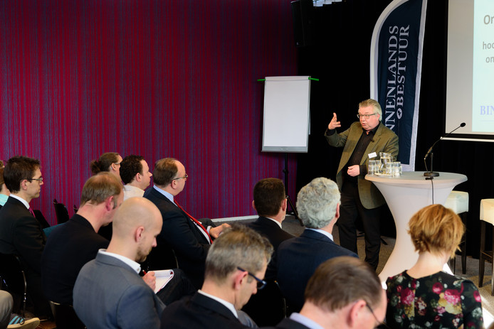 De Tilburgse hoogleraar Pieter Tops tijdens het symposium over de ondermijnende criminaliteit in Leusden.