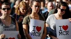 fotoreeks over Duizenden mensen stromen samen voor wake in Manchester