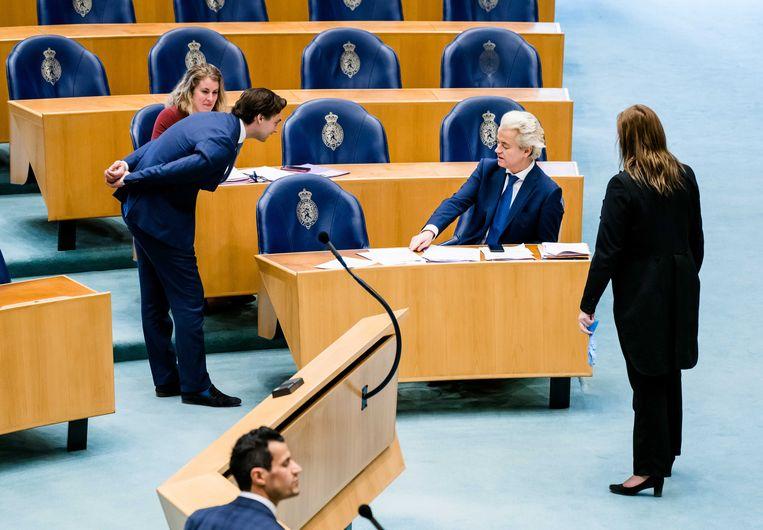 Thierry Baudet (FvD) en Geert Wilders (PVV) tijdens een debat over de ontwikkelingen rondom het coronavirus.  Beeld null