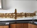 Vincent Merlijn paintbrushte in de keuken van Robert Hulman en Sabine van den Beld de skyline van Deventer.