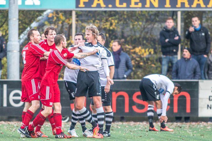 Jasper van der Stouw verdedigt de eer van Berkum in een woordenwisseling met Aebe Kram van DETO. De verdediger gaat in de zomer na elf seizoenen terug naar Olympia'28 in Hasselt.
