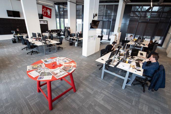 Een nagenoeg lege redactievloer in Nijmegen. Ook op de redactie van de Gelderlander wordt veelal thuis gewerkt.