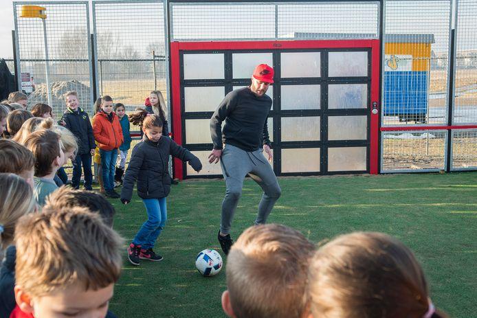 Balletje trappen bij de interactieve voetbalmuur in Houten-Zuid, het kan één van de activiteiten voor jongeren zijn deze zomer.
