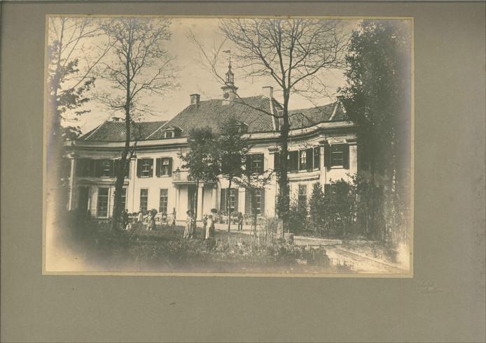 Een unieke foto uit de begintijd van de fotografie: Landfort met de familie Luyken in 1854. De foto maakt deel uit van het restauratiearchief. FOTOBRONfoto Ecal