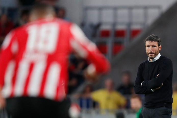 Mark van Bommel kijkt toe tijdens PSV - Apollon Limassol.