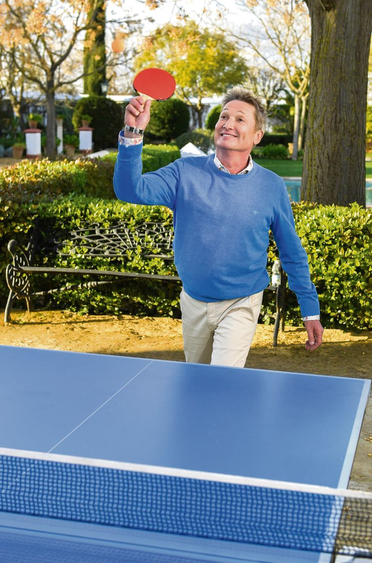 Bart Kaëll toont  zijn sportieve kant aan de pingpongtafel.