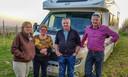 Francois  Machilsen en zijn vrouw Rita Cremers en Gerrit Machilsen en zijn vrouw Annita Winters staan alvast klaar op de Kemmelberg.