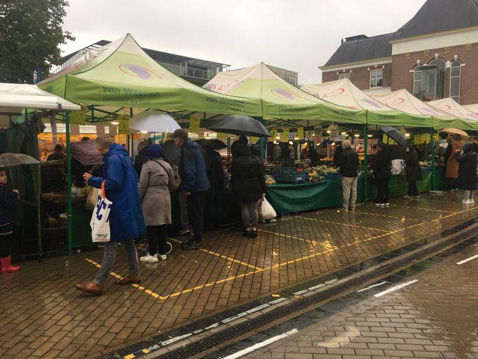 Aan het einde van de markt in Apeldoorn kropen mensen zaterdag verleid door de koopjes toch vrij dicht bij elkaar.