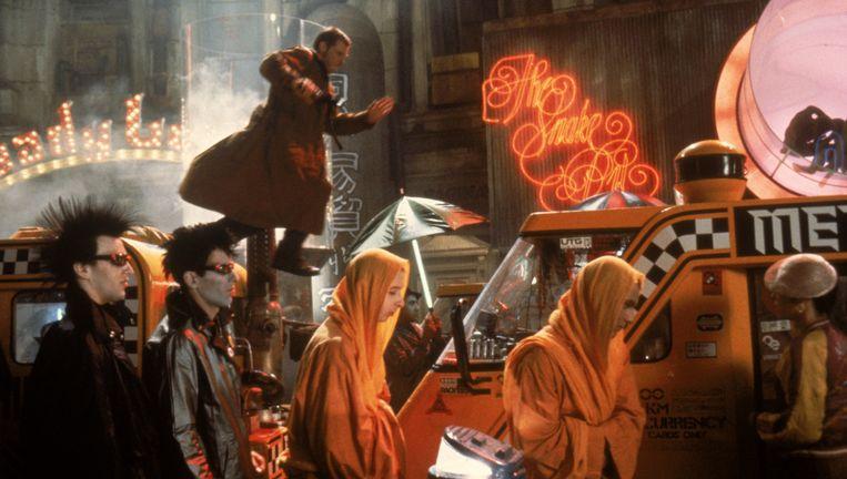 Detective Deckard (Harrison Ford) jaagt in 2019 op een groep ontsnapte robots. Beeld Filmdepot