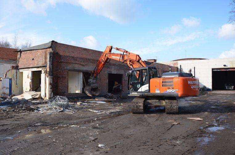 Kranen slopen de komende weken de voormalige gebouwen van wolspinnerij Neveda.
