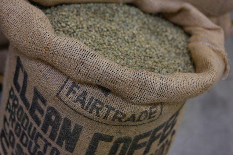 Een zak koffiebonen met het `Max Havelaar' fair trade label van Café Liégeois in Battice, België. Beeld null