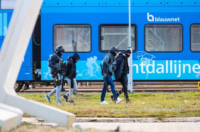Politiemensen haalden twee mannen uit een trein bij station Zwolle.