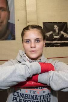 Rooise kickbokser Alicia Holzken pakt twee wereldtitels